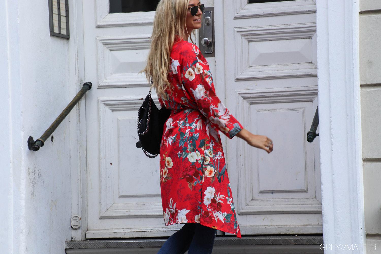 greymatter-fashion-roed-kimono-med-blomsterprint.jpg
