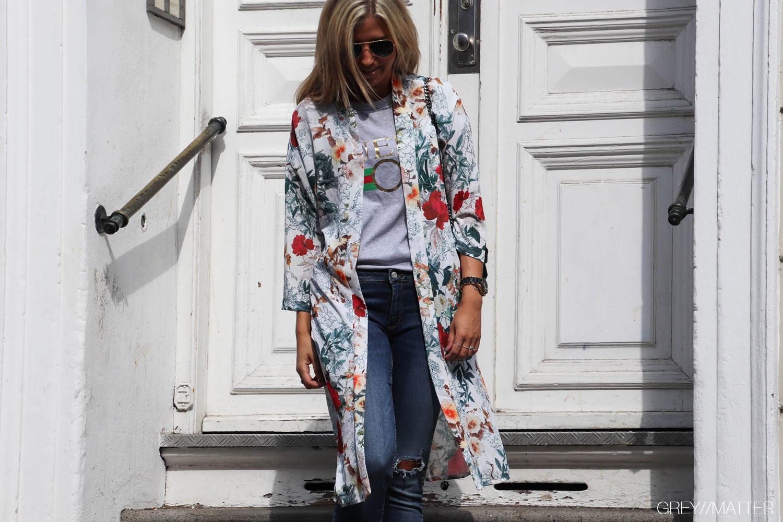 kimono-med-print-i-hvid-bindebaand.jpg