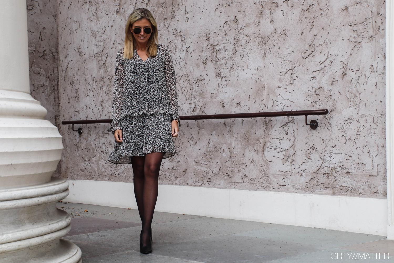 neo-noir-kjole-fall-flower-solo-dress.jpg