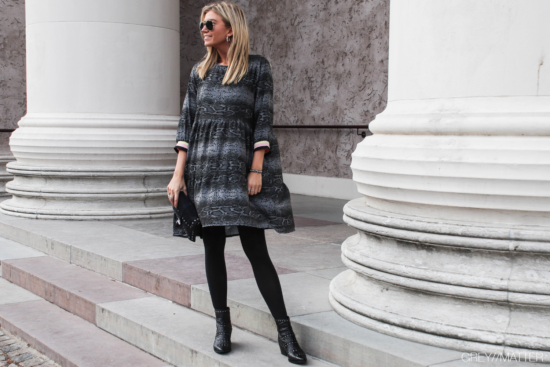 greymatter-fashion-kjole-med-python-print.jpg