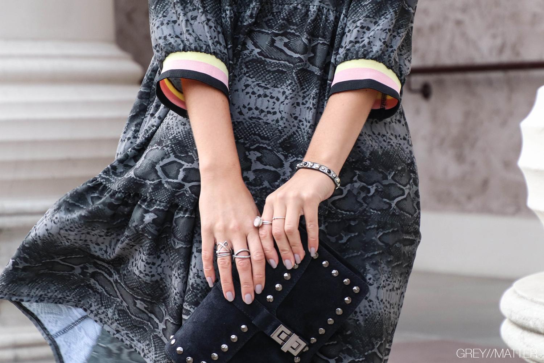 greymatter-slangeskind-print-kjole-med-sporty-detaljer.jpg