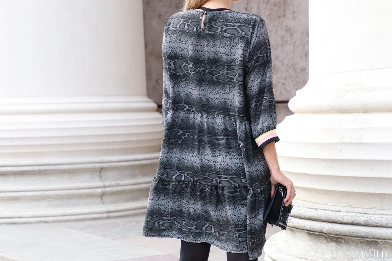 kjole-bagfra-slangeskind-greymatter.jpg