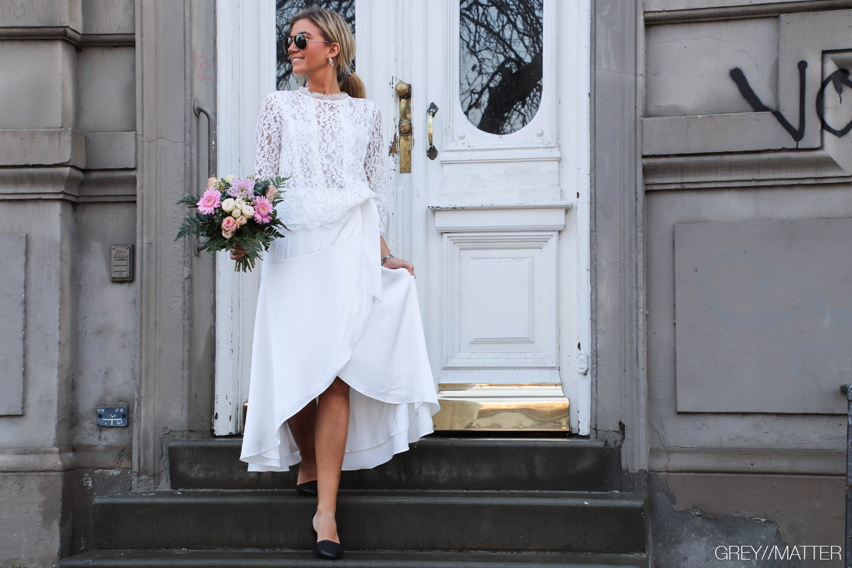 neo-noir-nederdel-blondebluse-hvid.jpg