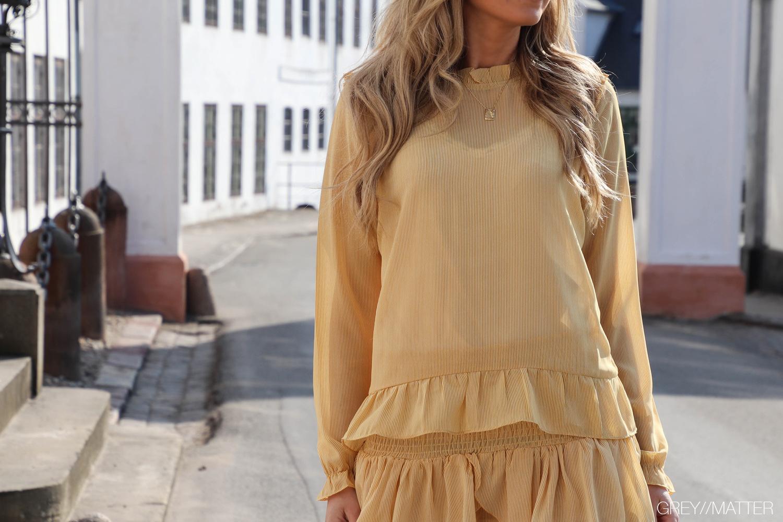 greymatter-gul-nederdel-med-striber.jpg