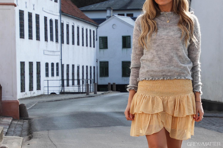 neo-noir-gul-nederdel-carin-grey-bluse-manni.jpg