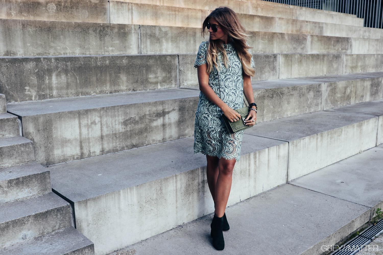greymatter_fashion_blondekjole_green_khaki_festkjole_apair_stoevler.jpg