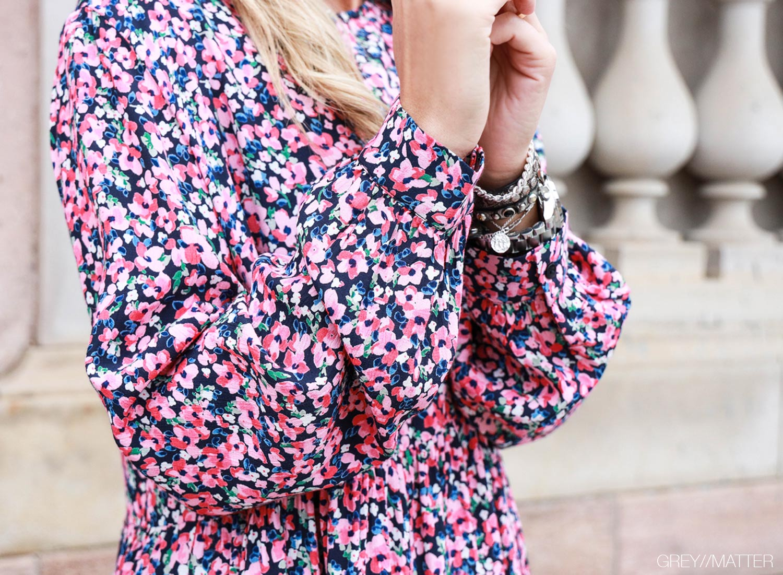 greymatter-fashion-printet-kjole-med-blomster-pieces.jpg
