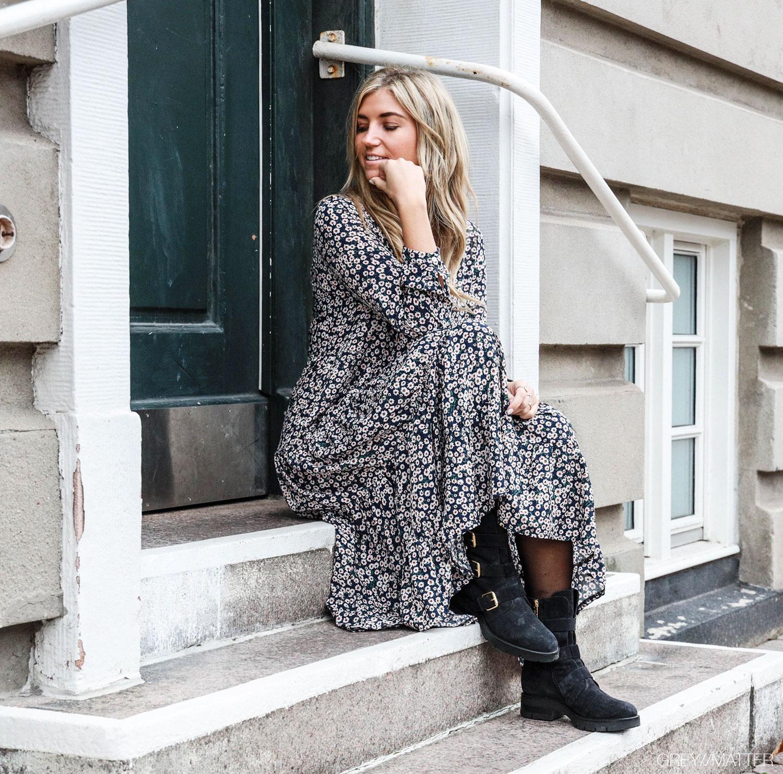 greymatter-maxi-kjoler-blomster-print-apair-stoevler.jpg