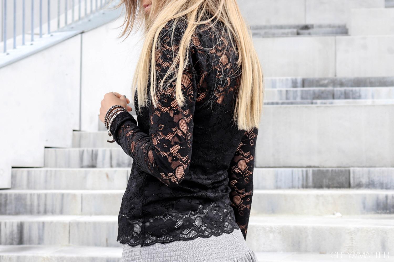 1.greymatter_liza_blondebluse_sort.jpg