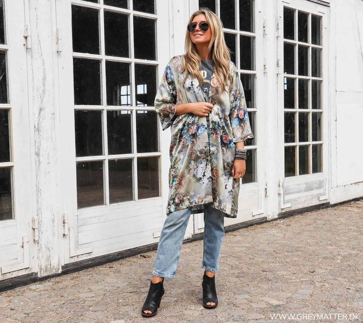 karmamia_kimono_stylet_med_pieces_jeans.jpg
