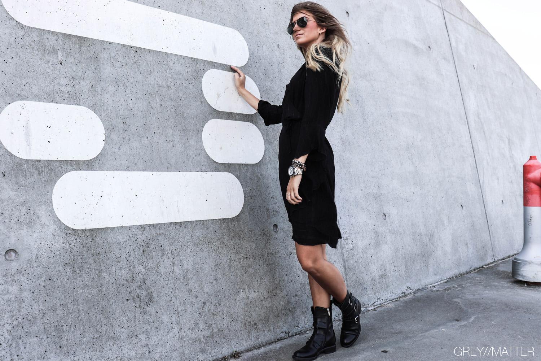 greymatter_fashion_kjole_lurex_sort_dress_glitter_festkjole_apair_stoevler_bikerboots.jpg