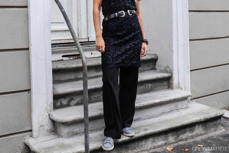 greymatter_fashion_blondekjole_lacedress_festkjole_caya_bukser_neo_noir_sneakers_adidas.jpg