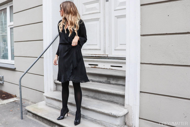 greymatter_fashion_fanny_kjole_sort_festkjole_neonoir.jpg