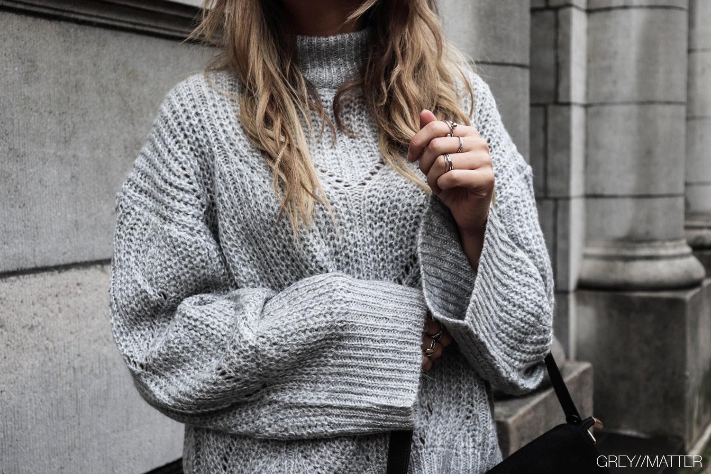 greymatter_strikbluse_sweater_ganni_look_grey_loose_size.jpg