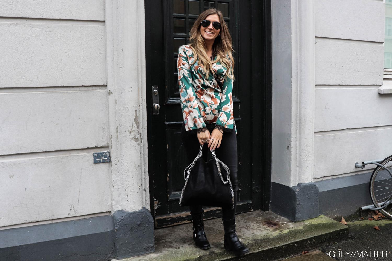 greymatter_fashion_bindebluse_slaa-om_reiko_jeans_apair_stoevler-stella-mccartney-taske.jpg