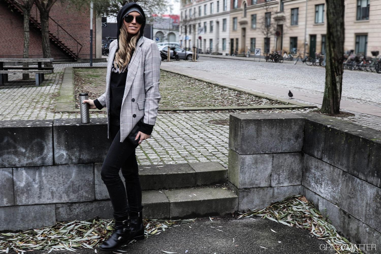 1-greymatter_muse_hoodie_haettetroeje_iammuse_neo_noir_blazerjakke.jpg