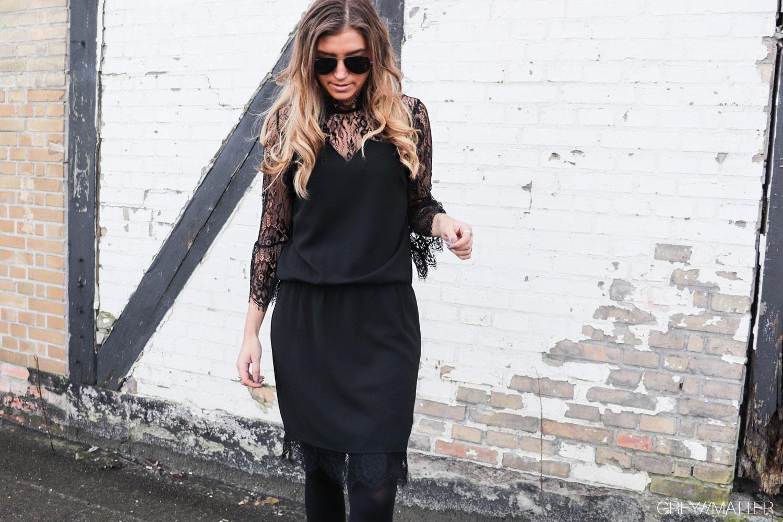neo-noir-kjole-izobel-blondekjole-sort-festkjole.jpg