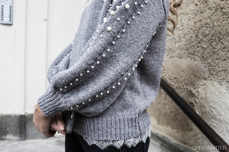 greymatter-bluse-med-perler-grey-knit-pearls.jpg