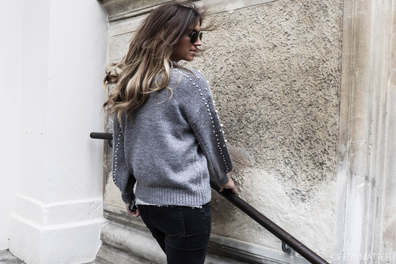 strikbluse-med-perler-modetoej-reiko-jeans.jpg