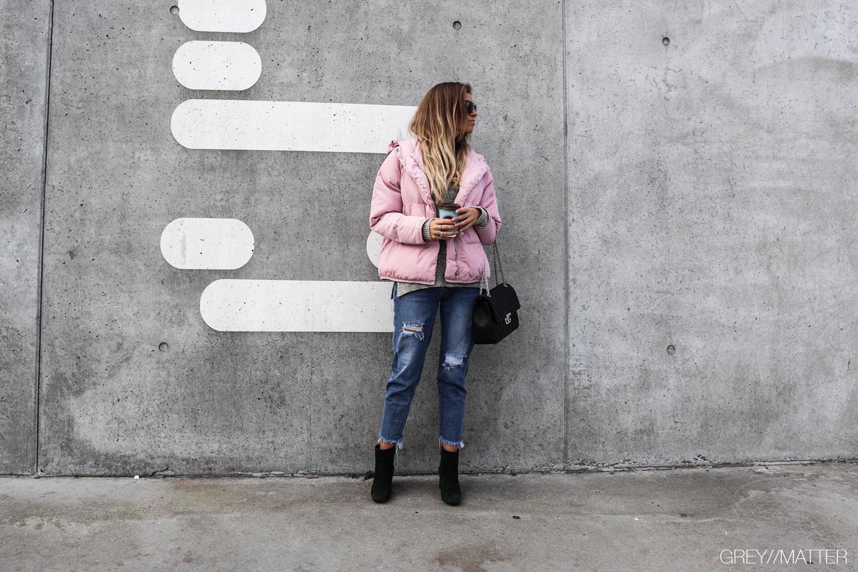 puffer-jakke-millinium-pink-lyseroed-greymatter-jeans-apair-stoevler.jpg