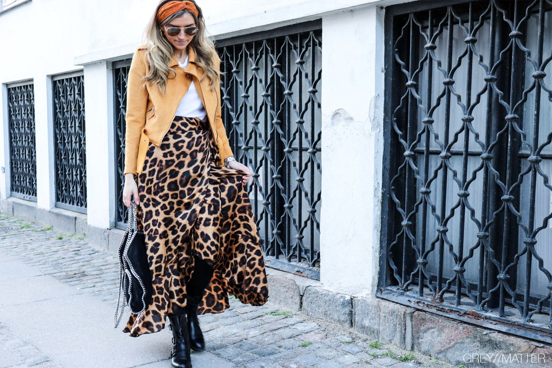 karmamia-nederdel-leopard-printet-skirt-pico-haarbaand-emm-copenhagen-tshirt.jpg