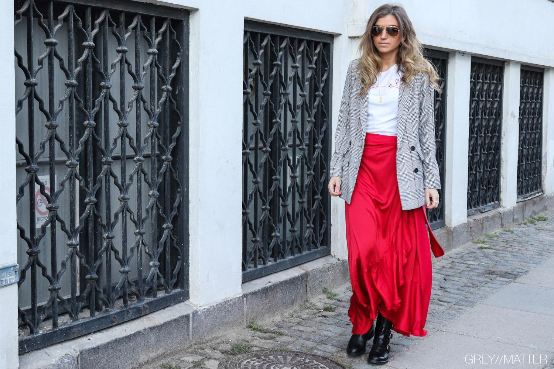 karmamia-neo-noir-adina-blazerjakke-roed-nederdel.jpg