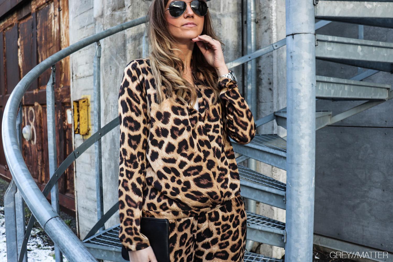 debi-blouse-leopard-neo-noir-bluser.jpg