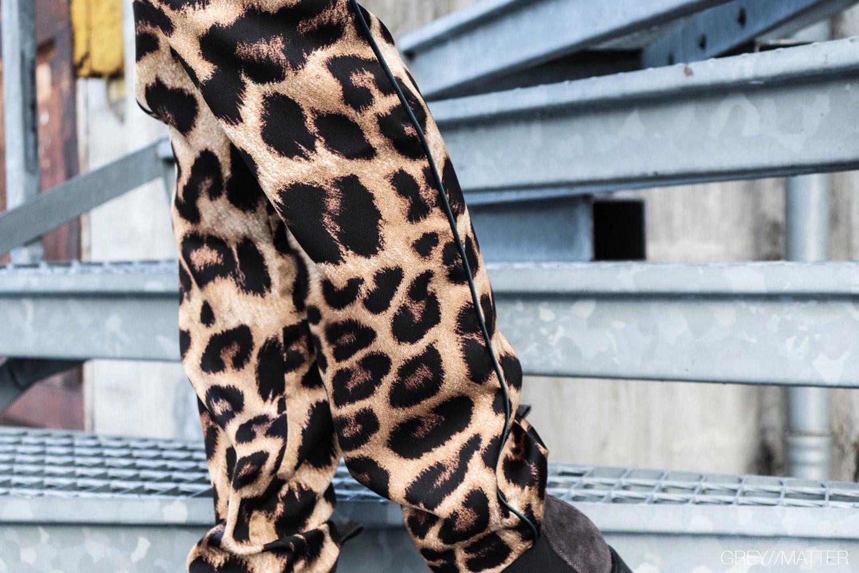 greymatter-neo-noir-toej-leopard-bukser-fran.jpg