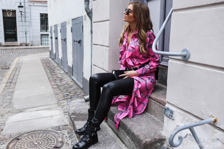 karmamia-pink-kjole-apair-stoevler-greymatter.jpg