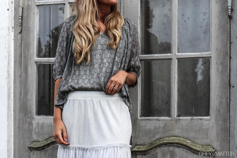 notebook_greymatter_fashion_nederdel_festnederdele_til_kvinder_etc.etc._skjorte_bluse_fresia_grey.jpg