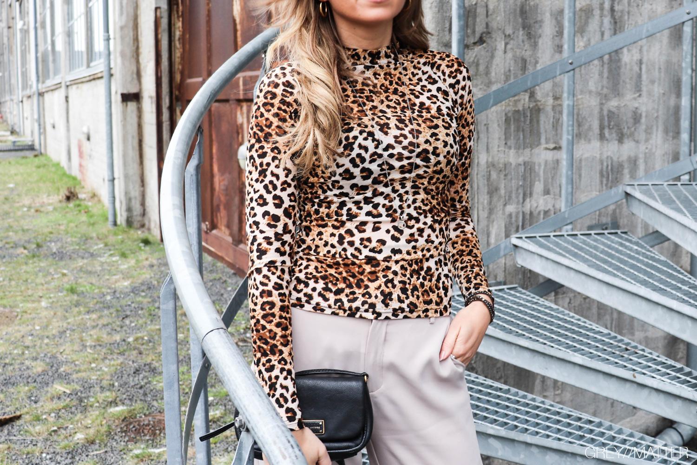 leopard-bluse-greymatter-neo-noir-bukser.jpg