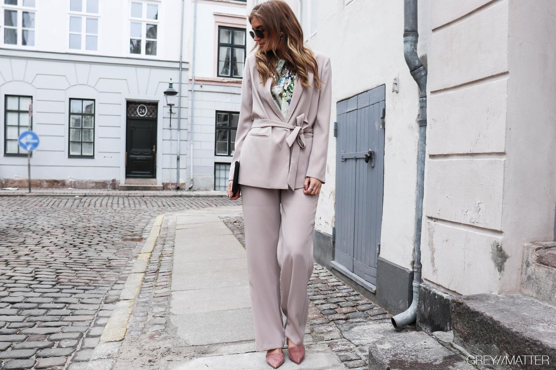 neo-noir-blazerjakke-lauren-ayla-sand-pants-look.jpg
