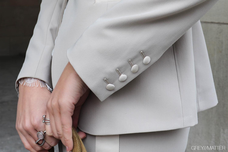imperial-jakkesaet-beige-detaljer-greymatter.jpg