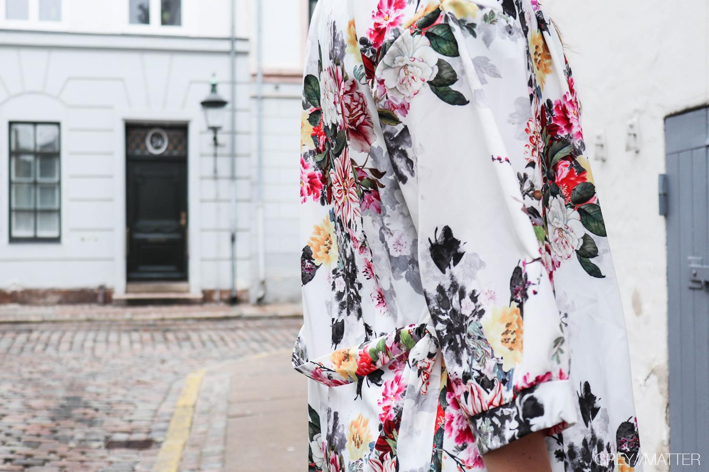 kimono-greymatter-hvid-blomsterprint.jpg