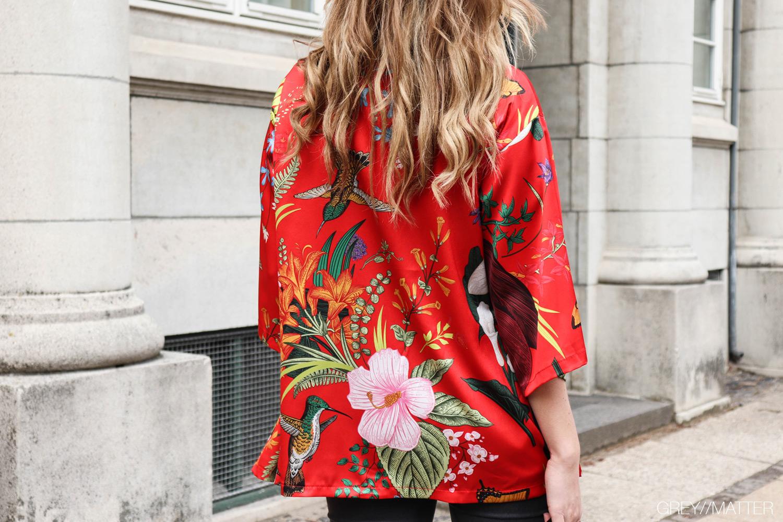 greymatter-kimono-roed-blomsterprint-gm2.jpg