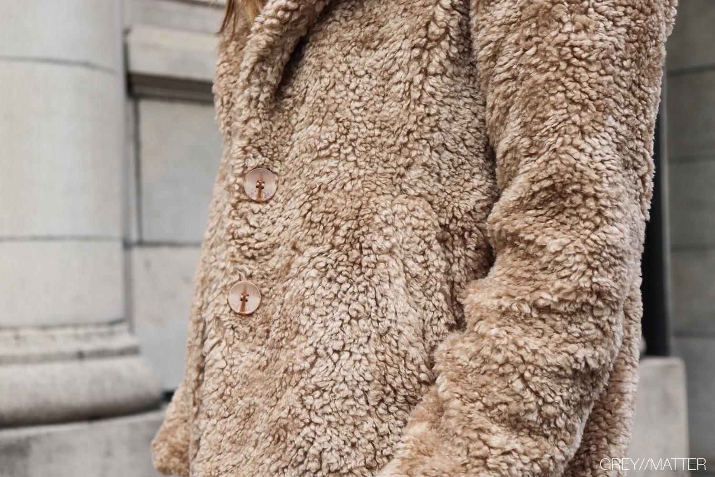 greymatter-fashion-teddy-coat-jakke-taupe.jpg