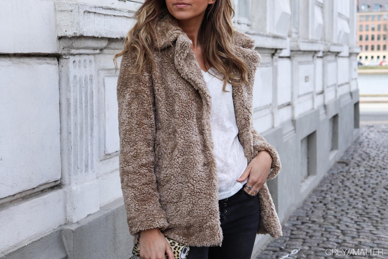 greymatter-fashion-teddy-jakke-taupe-color.jpg