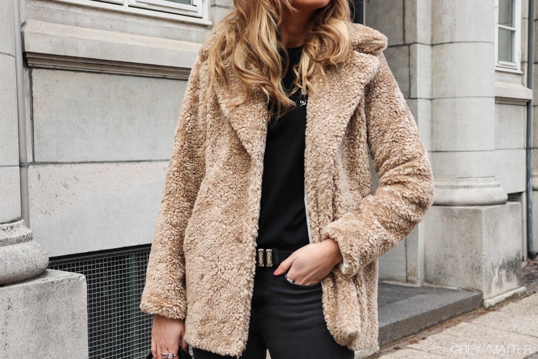 greymatter-rulamsjakke-faux-teddy-coat-beige-foraarsjakke.jpg