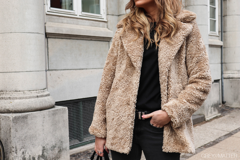 greymatter-teddy-coat-beige-brun-jakke-kvindemode.jpg