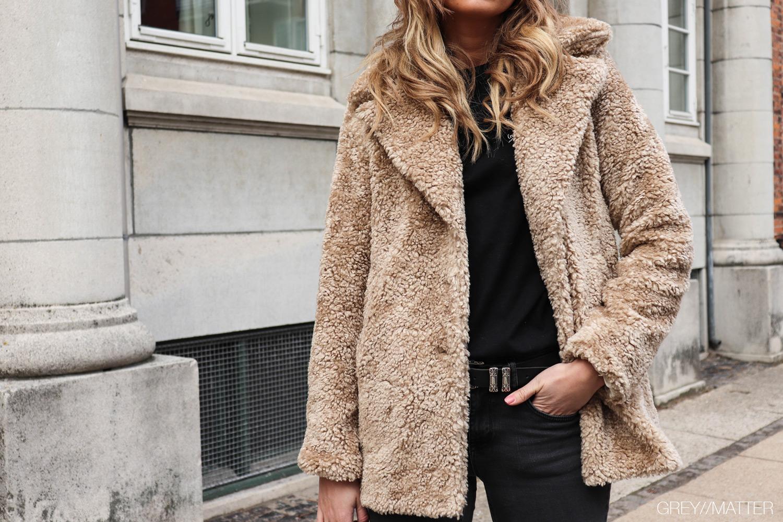 greymatter-teddy-coat-jakke-beigefarvet.jpg