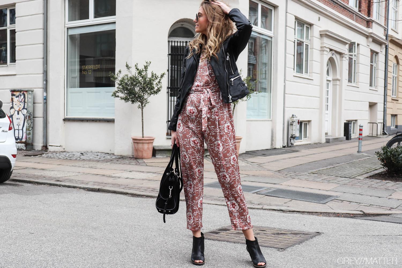 greymatter-fashion-buksedragt-jumpsuit-bikerjakke-mock-street.jpg