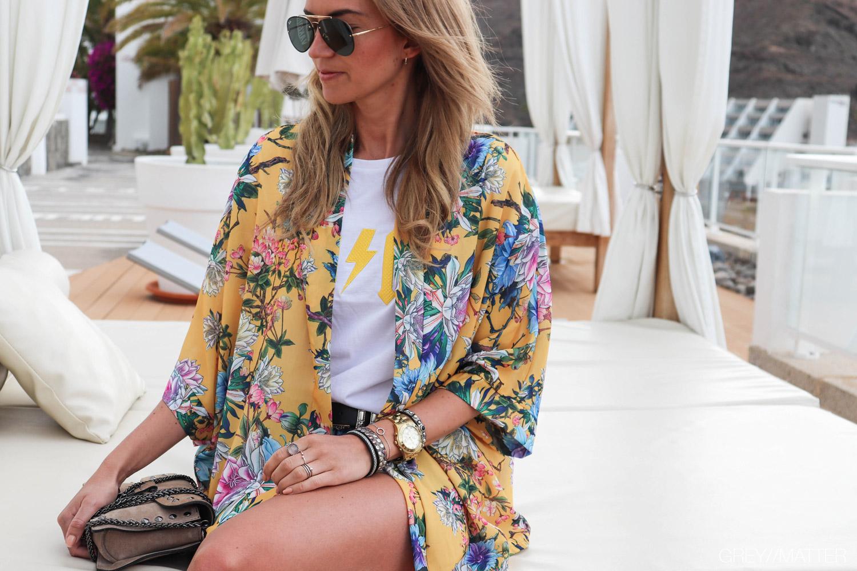 greymatter-fashion-kimono-moutarde-bluser-rayban-solbriller.jpg
