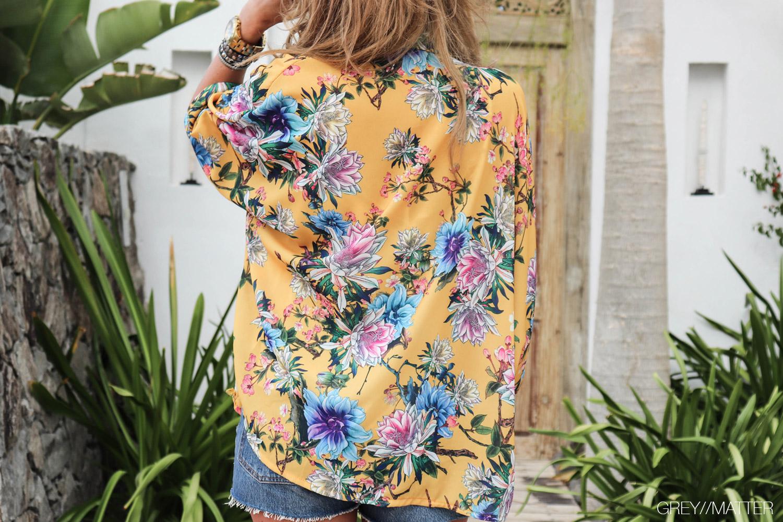 greymatter-moutarde-kimono-bluse-med-blomsterprint.jpg