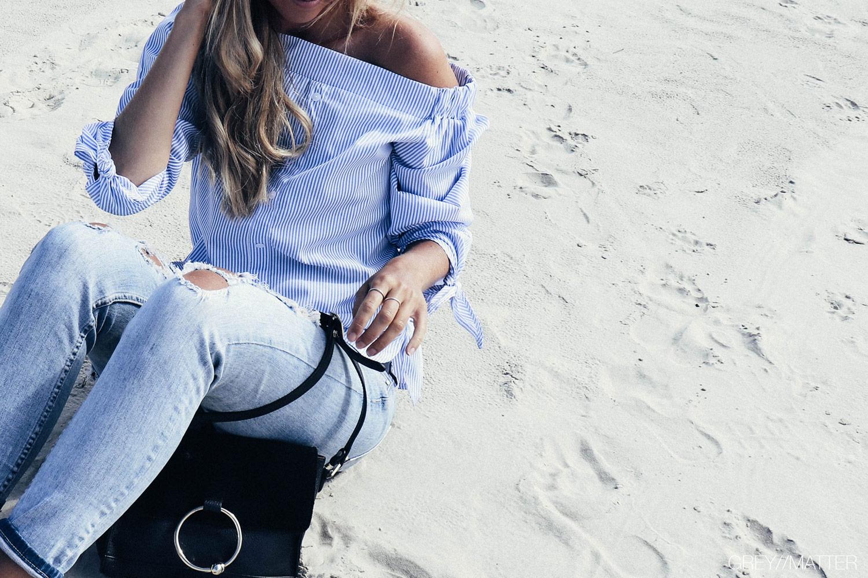 greymatter_fashion_bluse_off-shoulder_striber_hvid_blue.jpg