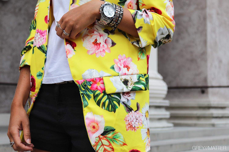 greymatter-gul-jakke-med-blomsterprint.jpg