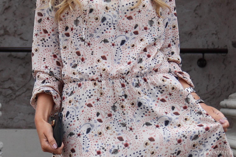 neo-noir-felicia-kjole-med-print-elastik-i-talje.jpg