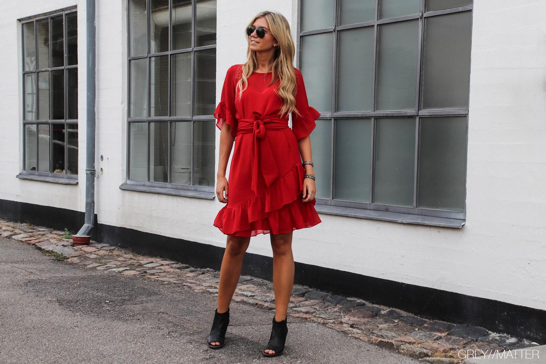 neo-noir-roed-kjole-kjoler-grey-matter-paul-green-sko.jpg