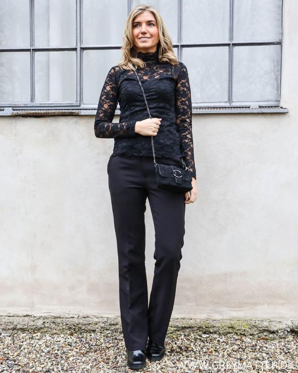 Neo Noir blondebluse styles med Cassie Pants