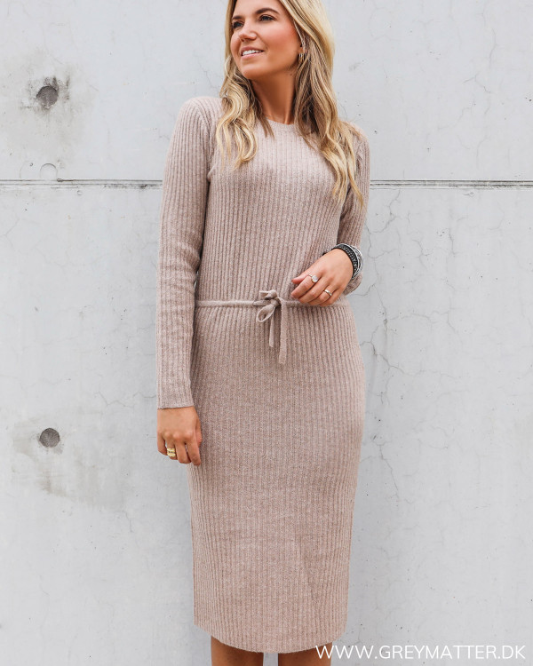 Pieces kjole i strik i natural farve