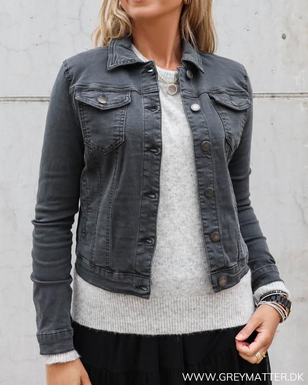 Lulu jakke i mørkegrå med lommer foran fra Grey Matter Fashion